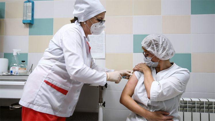 В России от COVID-19 привились всего 12% медиков. О своей готовности привиться заявляют еще 10% врачей