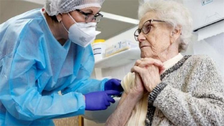 Вакцину ЭпиВакКорона разрешили применять для лиц старше 60 лет