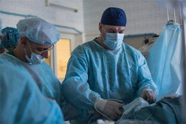 Медики России впервые в мире провели сложную операцию на сердце через небольшой надрез