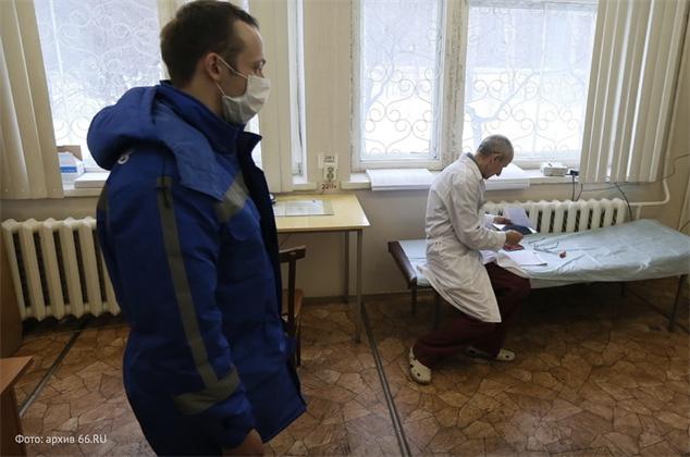В Екатеринбурге увольняются молодые врачи скорой. Работать остаются пенсионеры, и заменить их некем