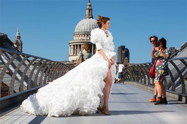 Британский дизайнер сшил свадебное платье из медицинских масок